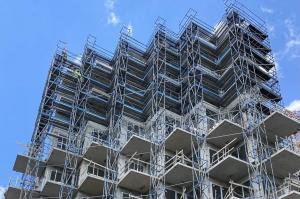 Rusztowania przy wysokim budynku